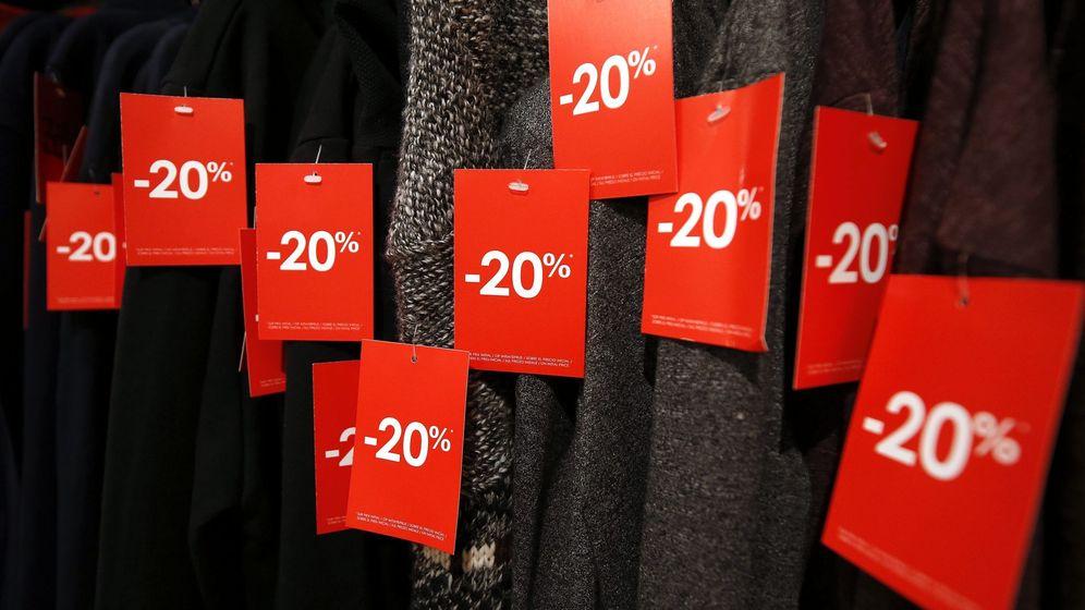 Foto: Una tienda expone sus descuentos durante el periodo de rebajas (EFE)