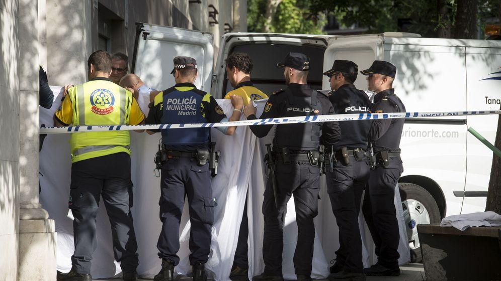 Foto: Agentes de la policía y los servicios médicos, en el número 4 de la calle Hermanos Bécquer. (EFE)