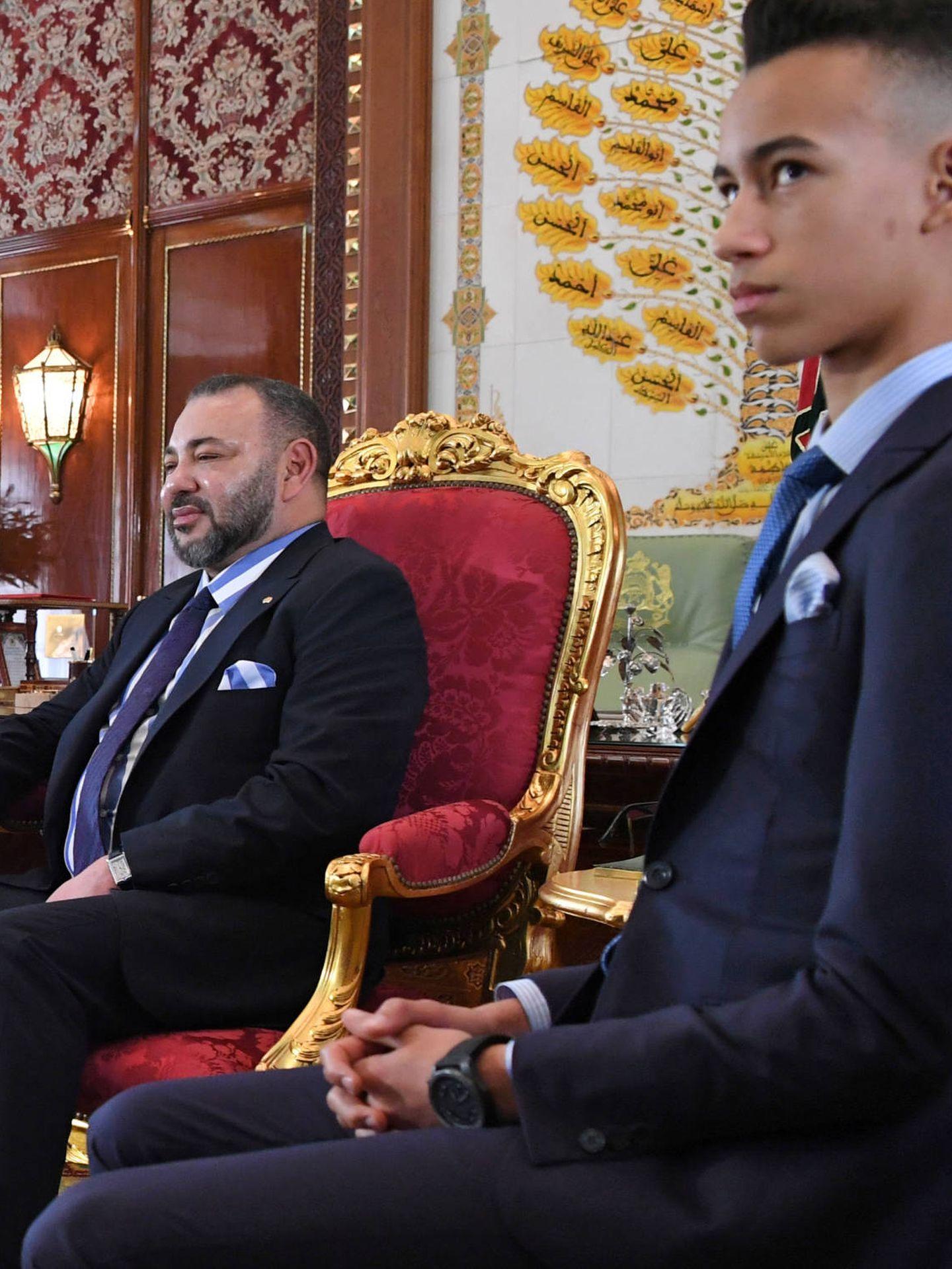Mohamed VI y su hijo, el Príncipe Moulay Hassan, en el Palacio Real en Rabat. (Reuters)