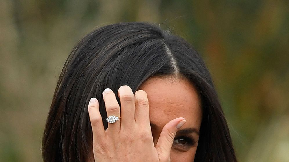 Foto: Meghan Markle muestra su anillo de pedida. (Reuters)