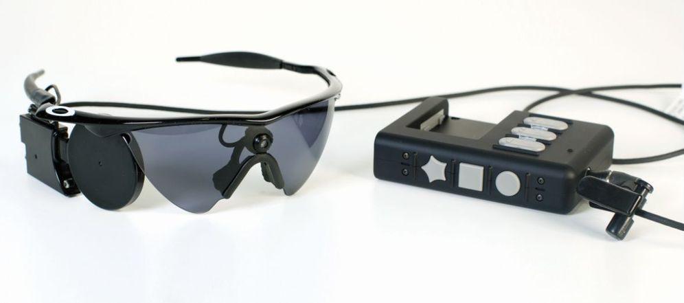 Foto: Gafas y ordenador utilizados junto al implante. (Barraquer)
