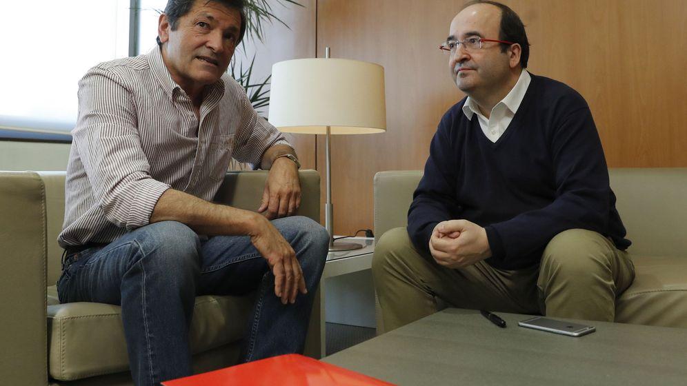 Foto: El presidente de la gestora del PSOE, Javier Fernández (i), y el primer secretario del PSC, Miquel Iceta, durante la reunión en la sede de la calle Ferraz. (EFE)