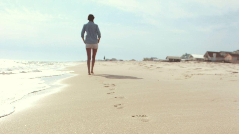 Caminar por la playa quema calorías (Zack Minor para Unsplash)