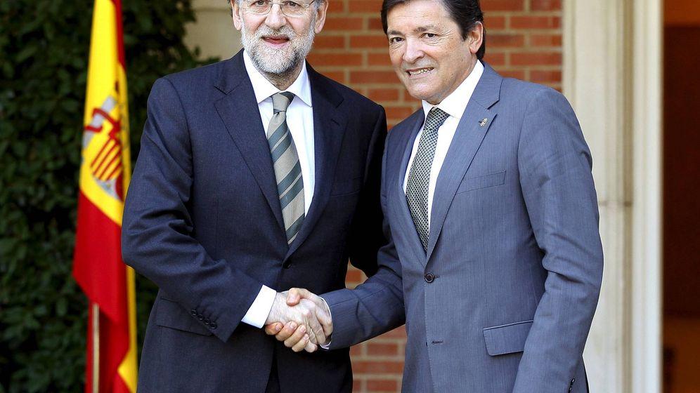 Foto: El presidente del Gobierno, Mariano Rajoy (i), saluda al socialista Javier Fernández, mientras este era jefe del Ejecutivo asturiano (d), en 2012. (EFE)