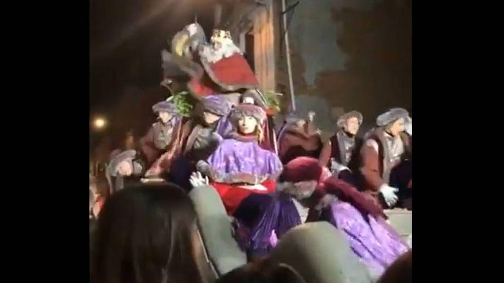 El cabreo del Rey Melchor en Terrassa, lanzando caramelos asesinos a los niños