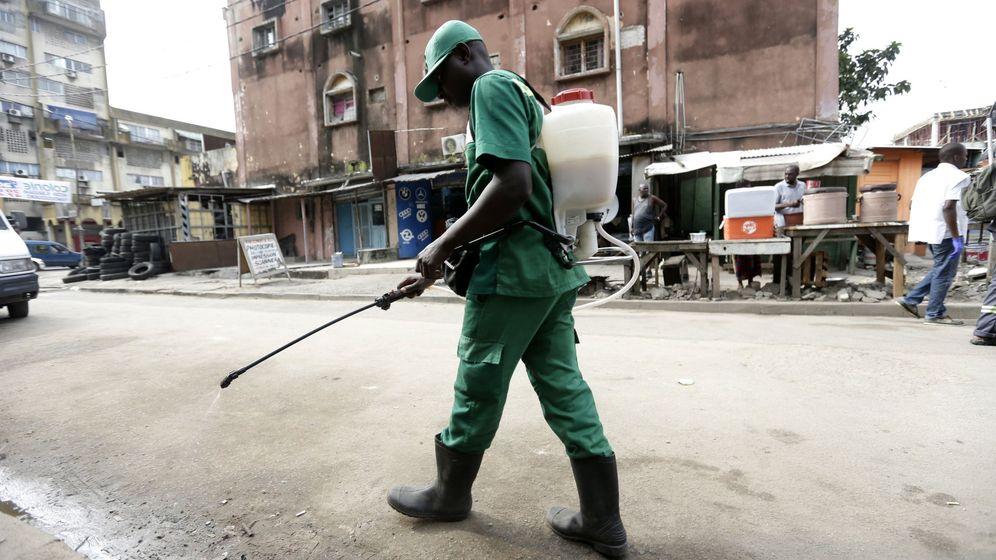 Foto: Un empleado del Instituto de Higiene Pública fumiga con insecticida para exterminar mosquitos en Treichville, al sur de Abiyán, Costa de Marfil (Legnan Koula / EFE)