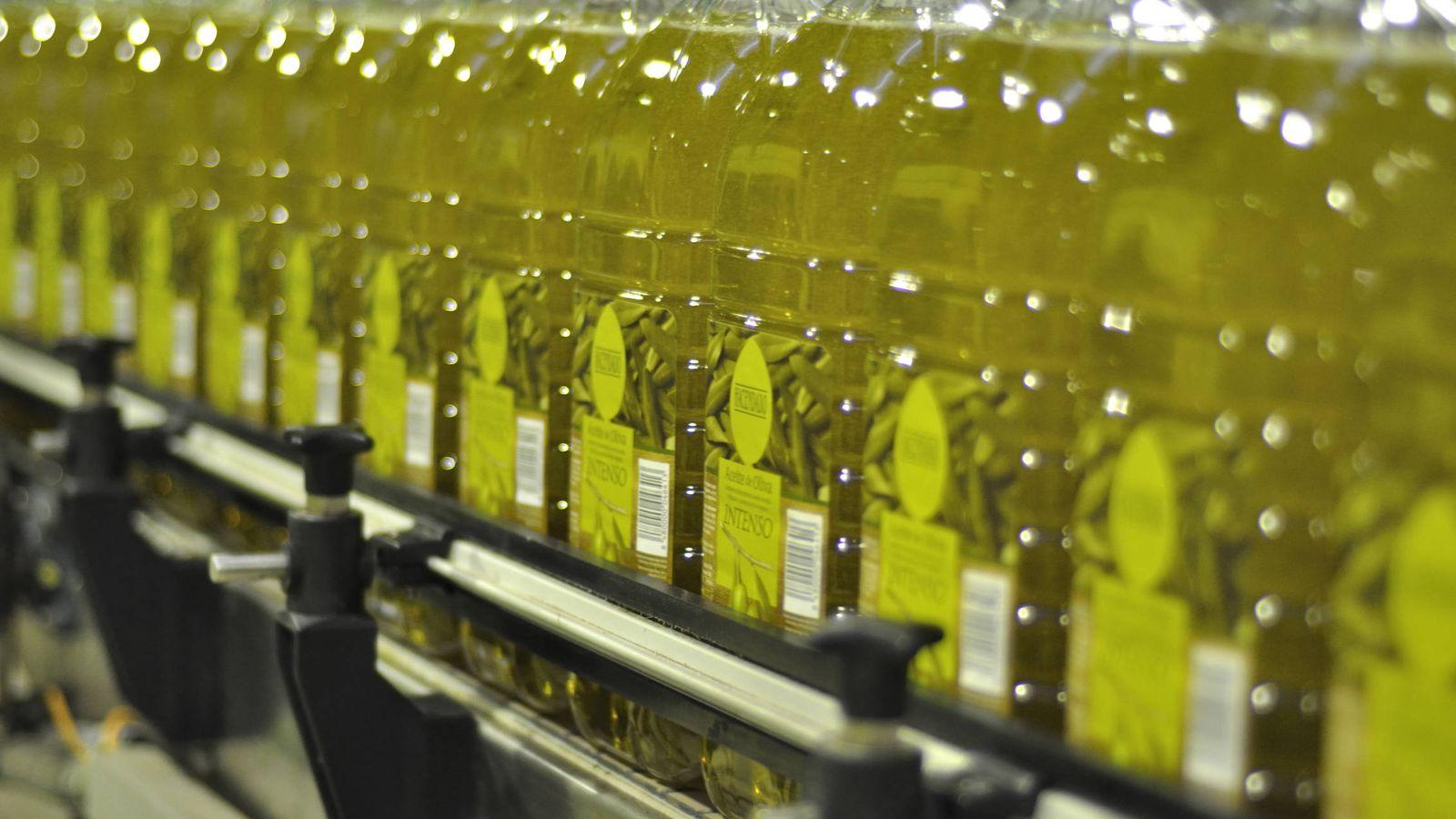 Foto: Embotellado de aceite en la fábrica de Sovena en Sevilla. (Sovena)