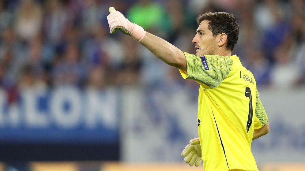 Foto: Iker Casillas en el partido de la Champions entre el Schalke 04 y el Oporto. (Efe)