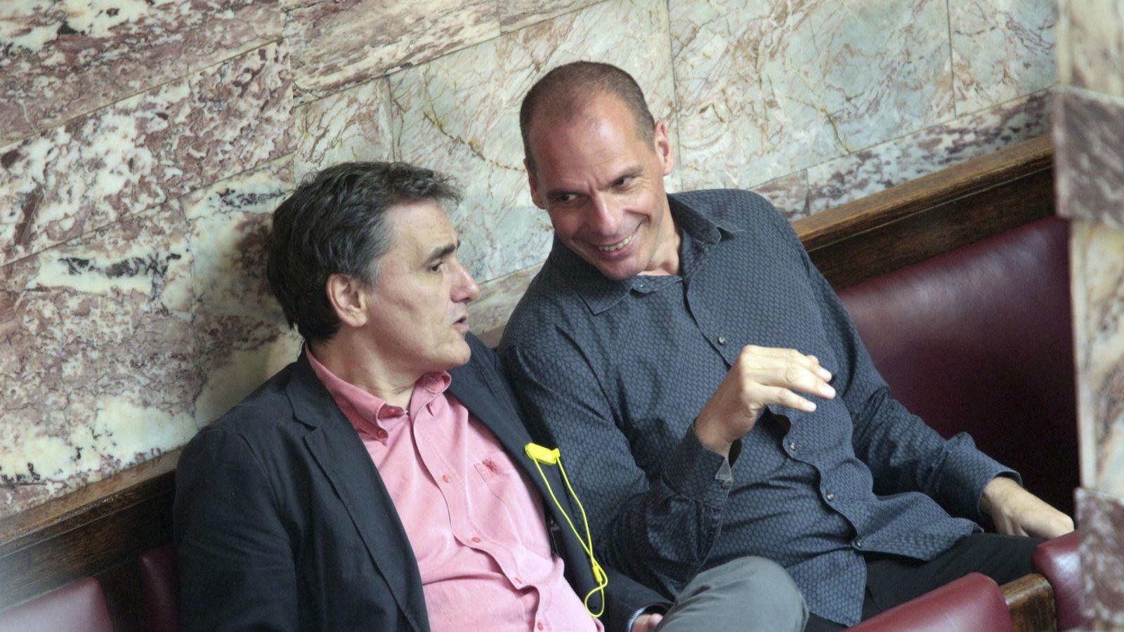 Foto: Varufakis y su sucesor, Tsakalotos, en una reunión del Parlamento ayer. (Reuters)