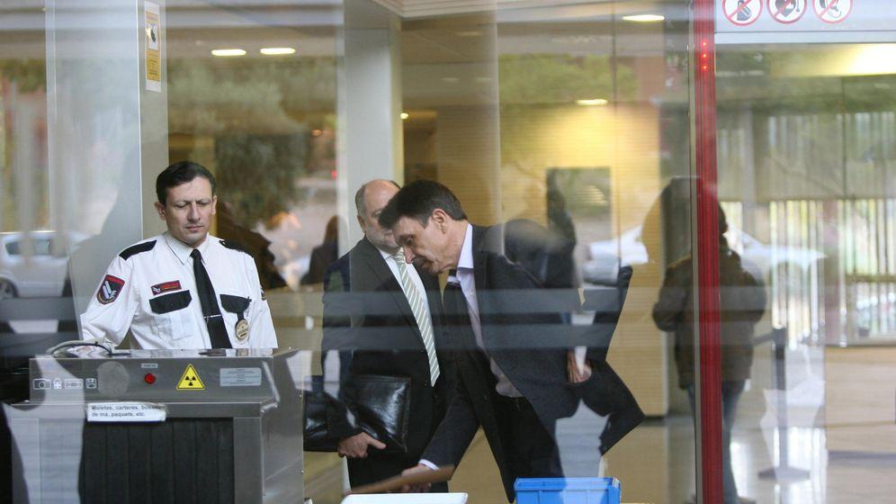 Foto: El número dos de la empresa pública Infraestructures.cat, Josep Antoni Rosell, llega a los juzgados de El Vendrell. (EFE)