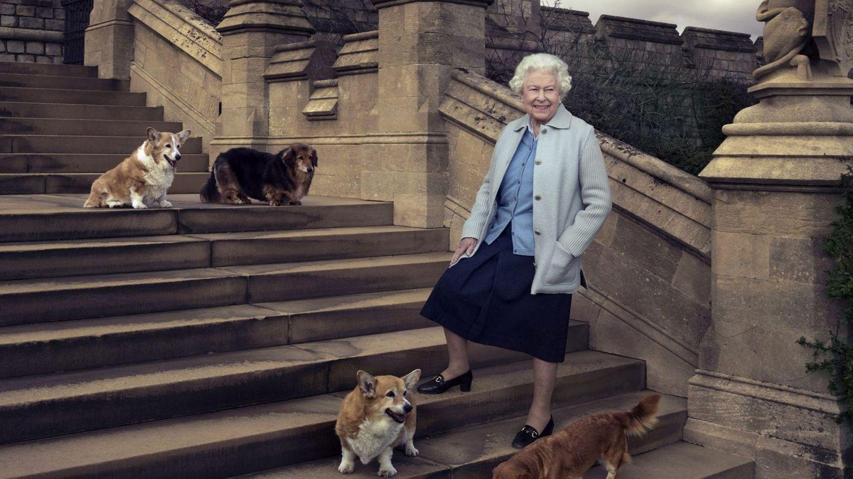 Isabel II, posando junto a sus perros en una imagen de archivo. (EFE)