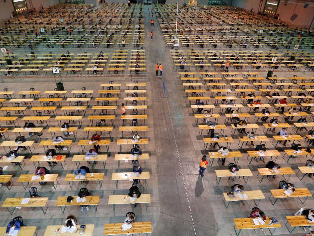 Foto: Un examen de oposiciones en Pontevedra. (EFE)