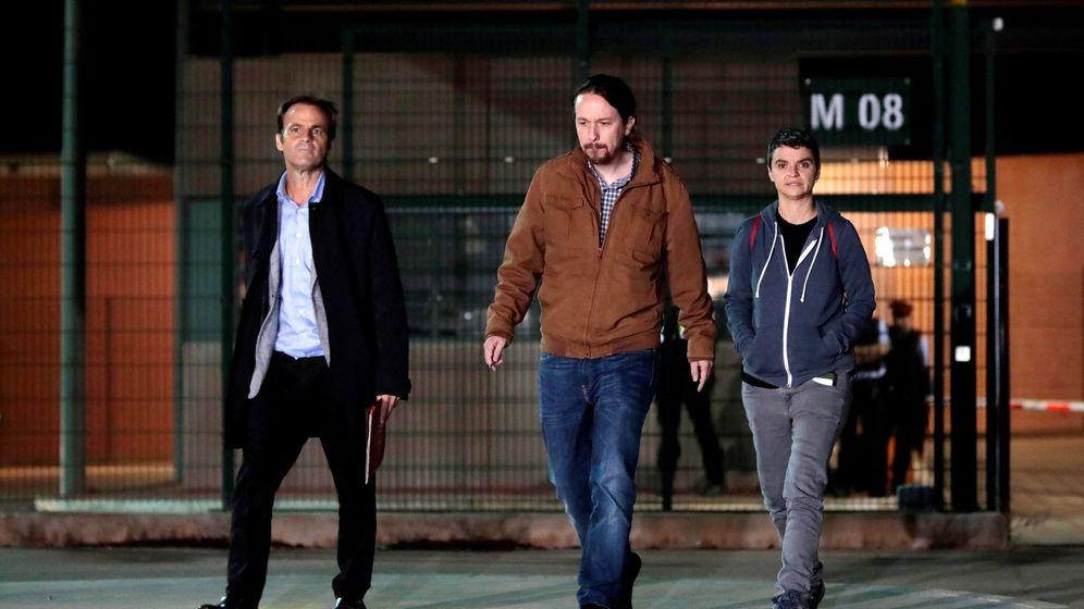 Foto: El líder de Podemos, Pablo Iglesias, junto a la portavoz de En Comú, Lucía Martín (d), y el teniente de alcalde de Barcelona, Jaume Asens, tras visitar a Oriol Junqueras en Llendoners. (EFE)