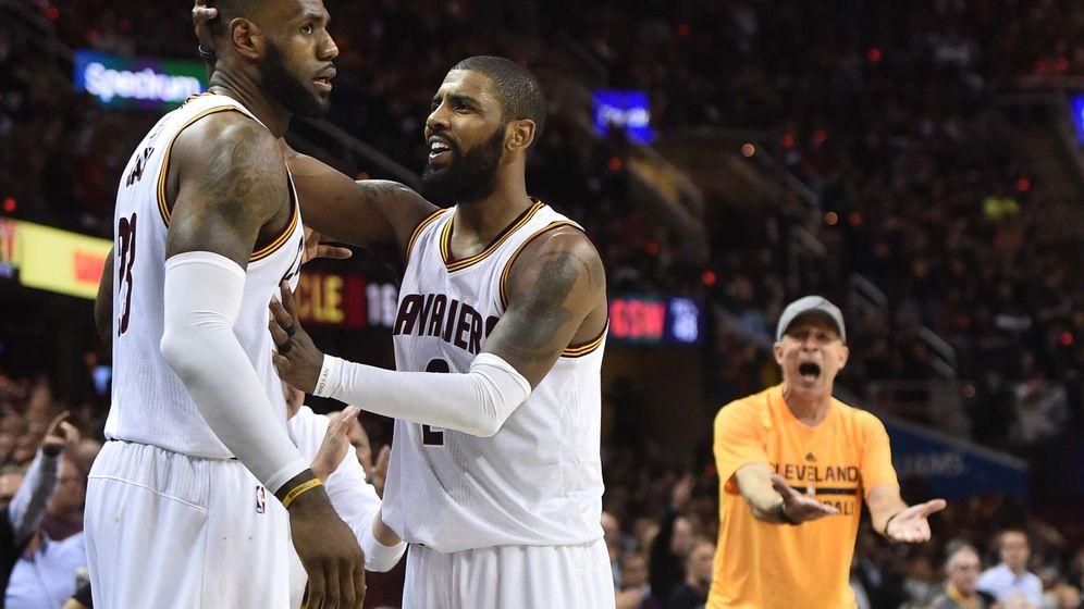 Foto: LeBron James y Kyrie Irving lideraron la histórica actuación de los Cleveland Cavaliers en el cuarto partido de la final de la NBA. (Reuters)