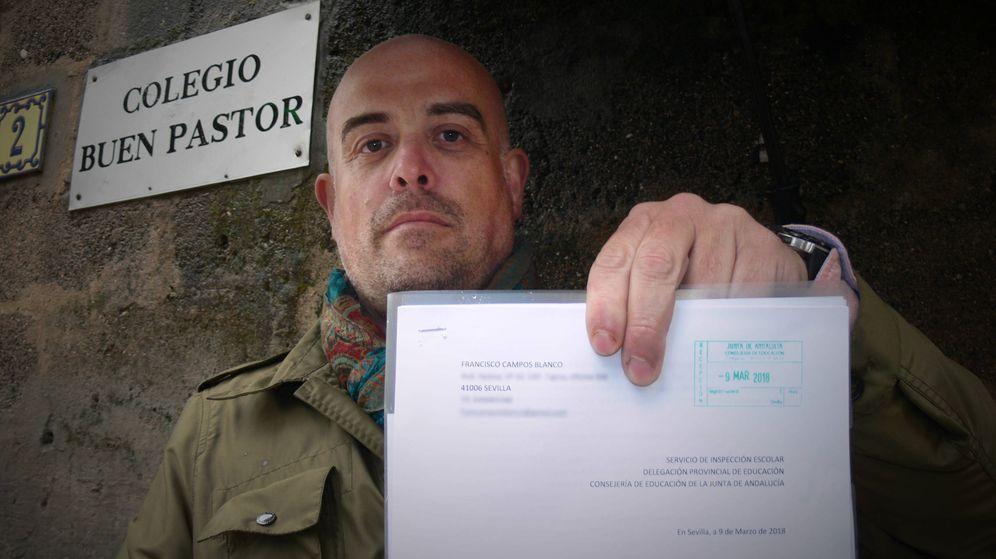 Foto: El padre denunciante, Fran Campos, sosteniendo una de sus denuncias a la Delegación de Educación a las puertas del colegio Buen Pastor de Sevilla. (EC)