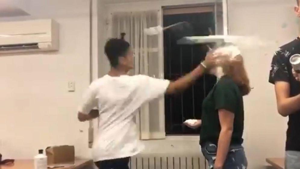 Foto: Momento en que un alumno golpea a su compañera.