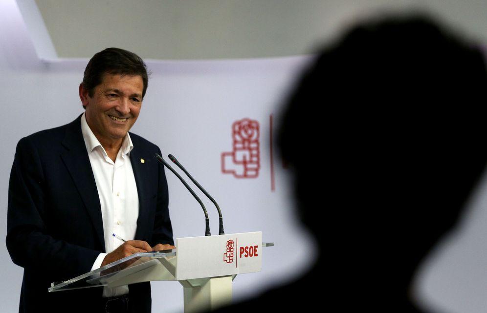 Foto: Javier Fernández, durante su primera rueda de prensa como presidente de la gestora del PSOE, este 3 de octubre en Ferraz. (Reuters)