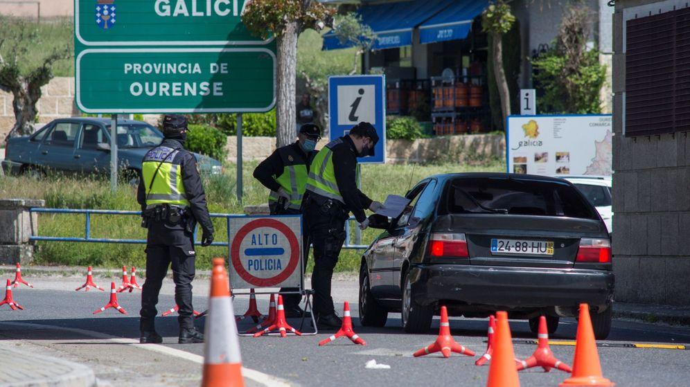 Foto: Control transfronterizo de la Policía Nacional en la frontera hispano-lusa en Feces de Abaixo (Verín). (EFE)
