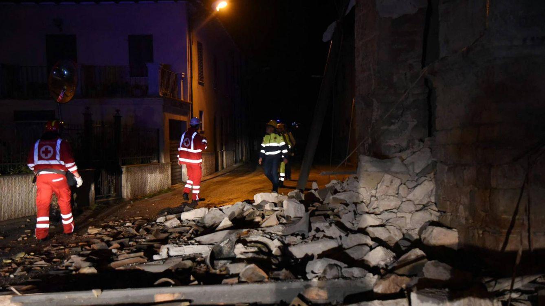 Foto: Servicios de rescate junto a toneladas de escombros en la villa Sant'Antonio, cerca a Visso (Italia).