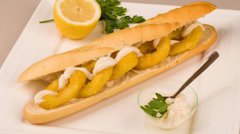 Bocadillo de calamares con mayonesa (o alioli) y rebozados con huevo. (iStock)