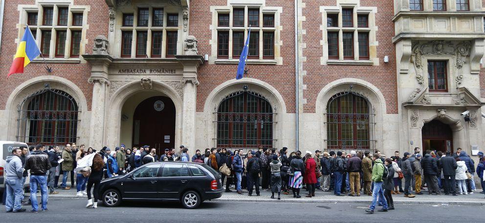 Foto: Rumanos hacen cola ante la embajada de su país en Berlín para votar en las elecciones, en Berlín. (Reuters)