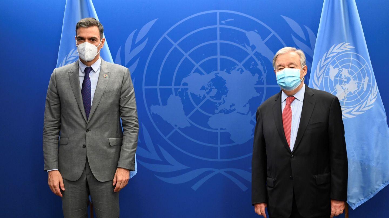El presidente del Gobierno, Pedro Sánchez (i), posa junto al secretario general de la ONU, Antònio Guterres. (EFE)