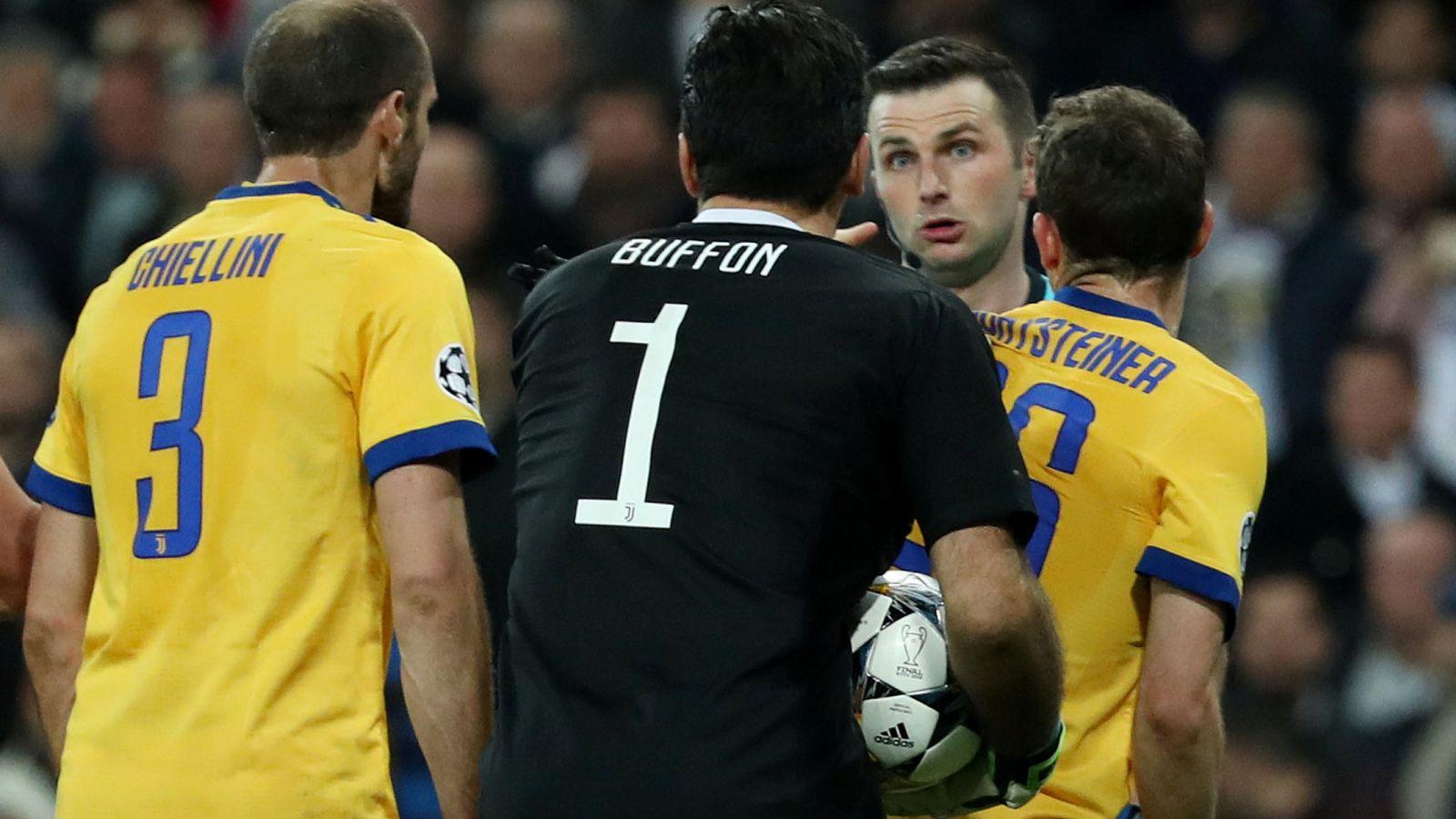 Foto: Los italianos increpan al árbitro. (Reuters)