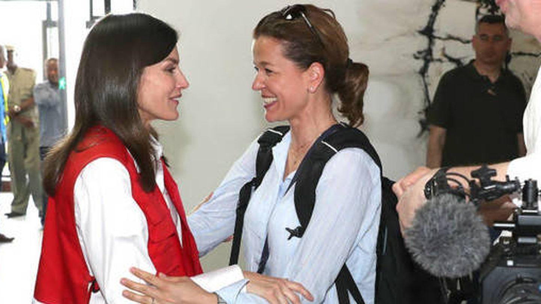 Julia, con Letizia en Mozambique. (Casa de S.M. el Rey)