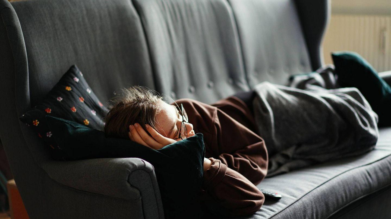 Si duermes peor por estar viendo la televisión, puede que te notes agotado por la mañana y te vuelvas más sedentario (Unsplash)