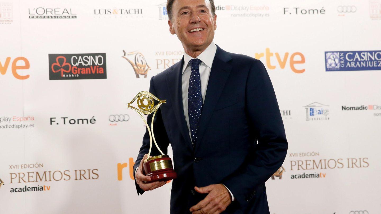 Matías Prats, con el premio al mejor presentador de informativos. (EFE)