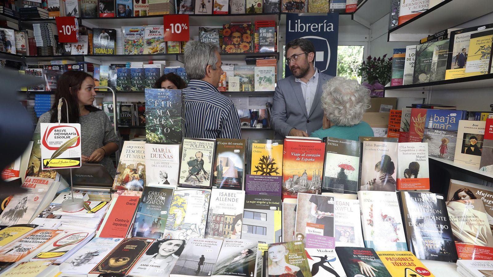 Foto: Màxim Huerta, ministro de Cultura, el pasado 9 de junio durante su visita a la Feria del Libro de Madrid. (EFE)
