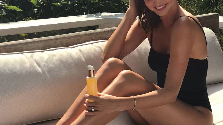 Miranda Kerr, con uno de sus productos de cuidado corporal. (Kora Organics)