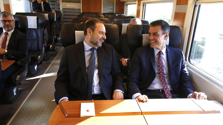 El presidente en funciones, Pedro Sánchez, acompañado por el ministro de Fomento José Luis Ábalos, durante el viaje inaugural de este AVE Madrid-Antequera-Granada. (Foto: EFE)
