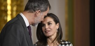 Post de  La reina Letizia, estreno total en blanco y negro y muchas sonrisas en Córdoba
