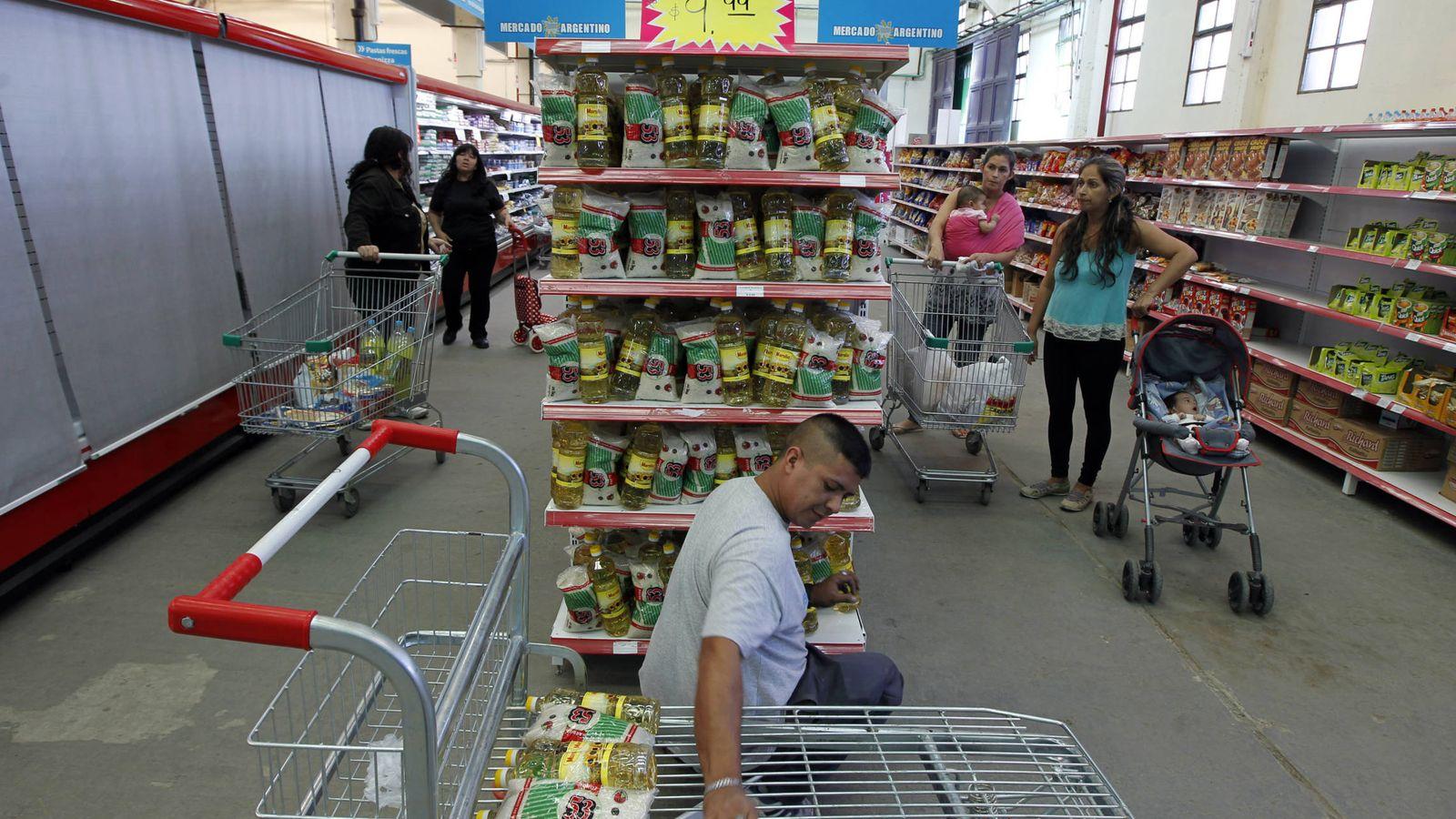 """Foto: Clientes en el llamado """"Mercado Argentino"""", creado para evitar intermediarios """"parasitarios"""", en abril de 2013 (Reuters)"""