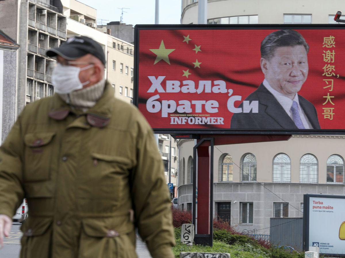 Foto: Un cartel con la foto de Xi Jinping en Belgrado, Serbia. (Reuters)