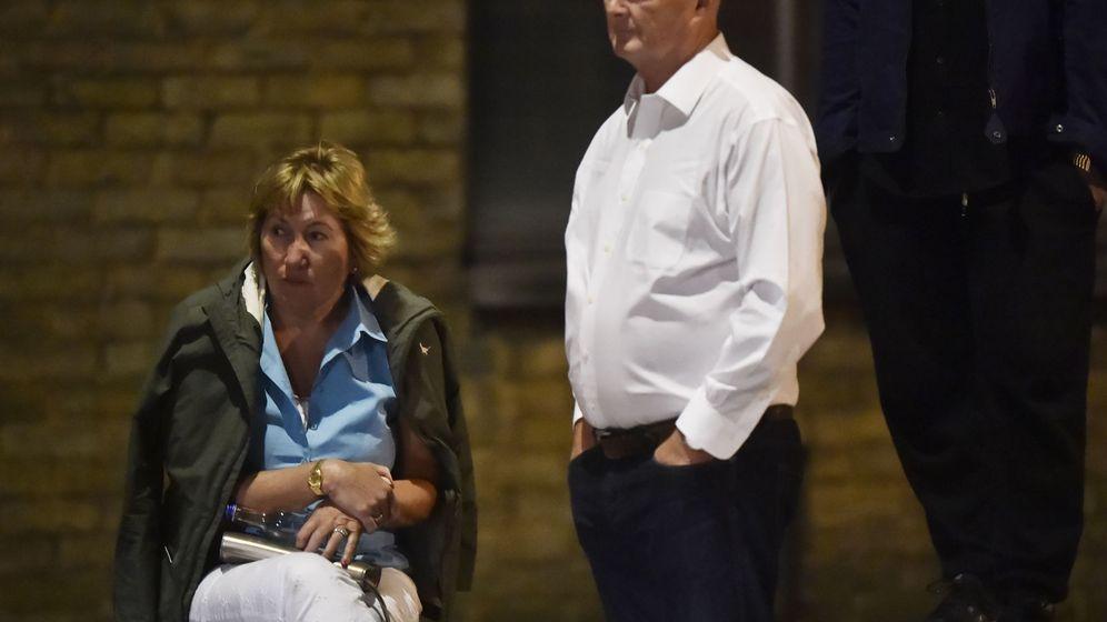 Foto: Una pareja espera en la zona acordonada de London Bridge. (Reuters)