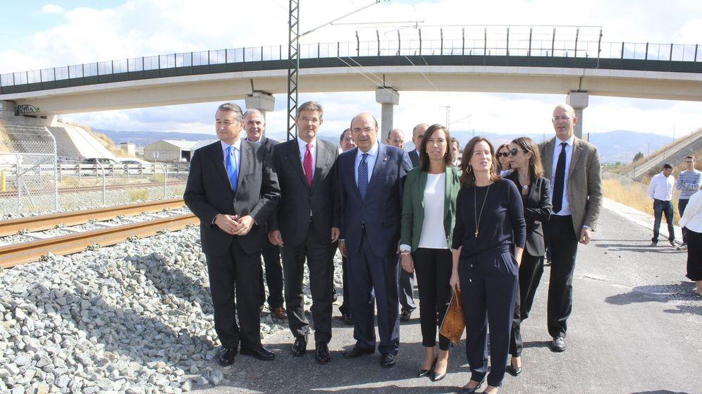 Foto: Delegación liderada por el ministro de Fomento en funciones, Rafael Catalá, visitando las obras del AVE en Loja, Granada. (EFE)