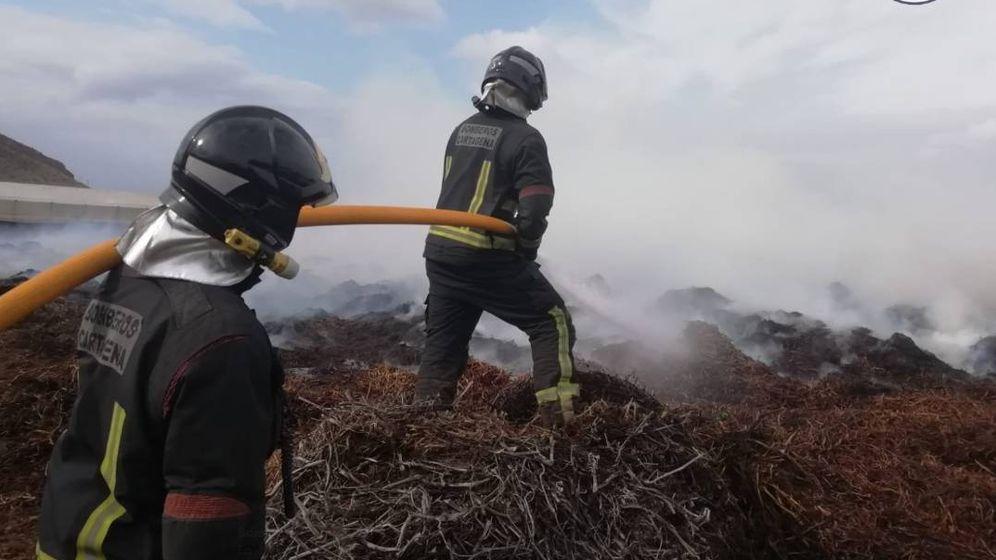 Foto: Equipo de bomberos durante la extinción de un incendio (Bomberos de Cartagena)