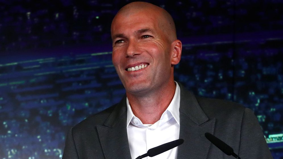 Foto: Zinédine Zidane sonríe durante su intervención en la presentación en el Bernabéu. (EFE)