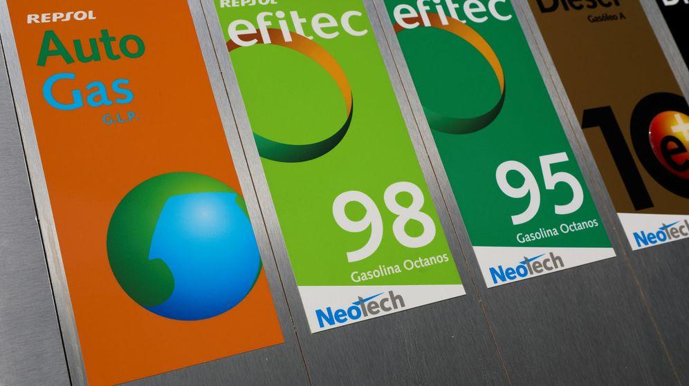 Foto: Cartelería de los diferentes productos que comercializa Repsol. (Reuters)