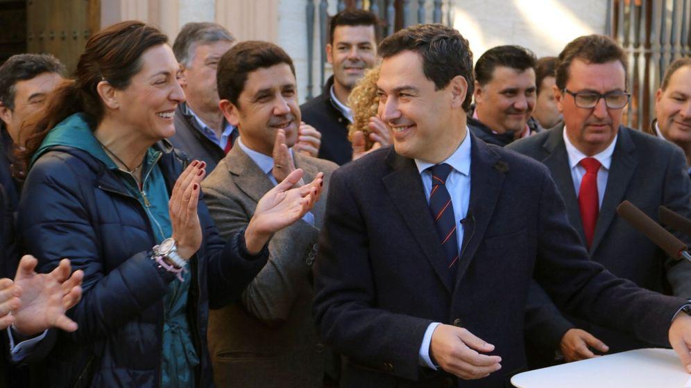 Foto: Juanma Moreno, este jueves en Ayamonte (Huelva), con Loles López. (EFE)