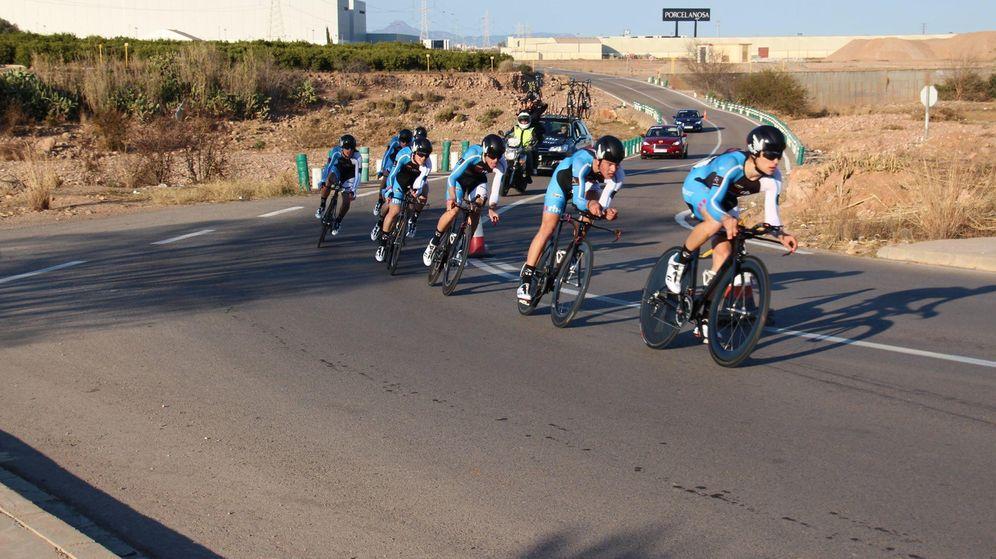 Foto: Varios corredores de la Fundación Contador durante una contrarreloj por equipos (Fundación Contador).