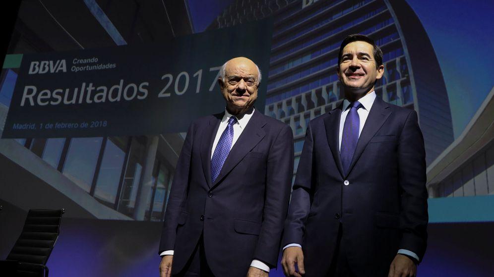 Foto: Francisco González (i) y Carlos Torres, en la presentación de resultados de BBVA de 2017. (Reuters)