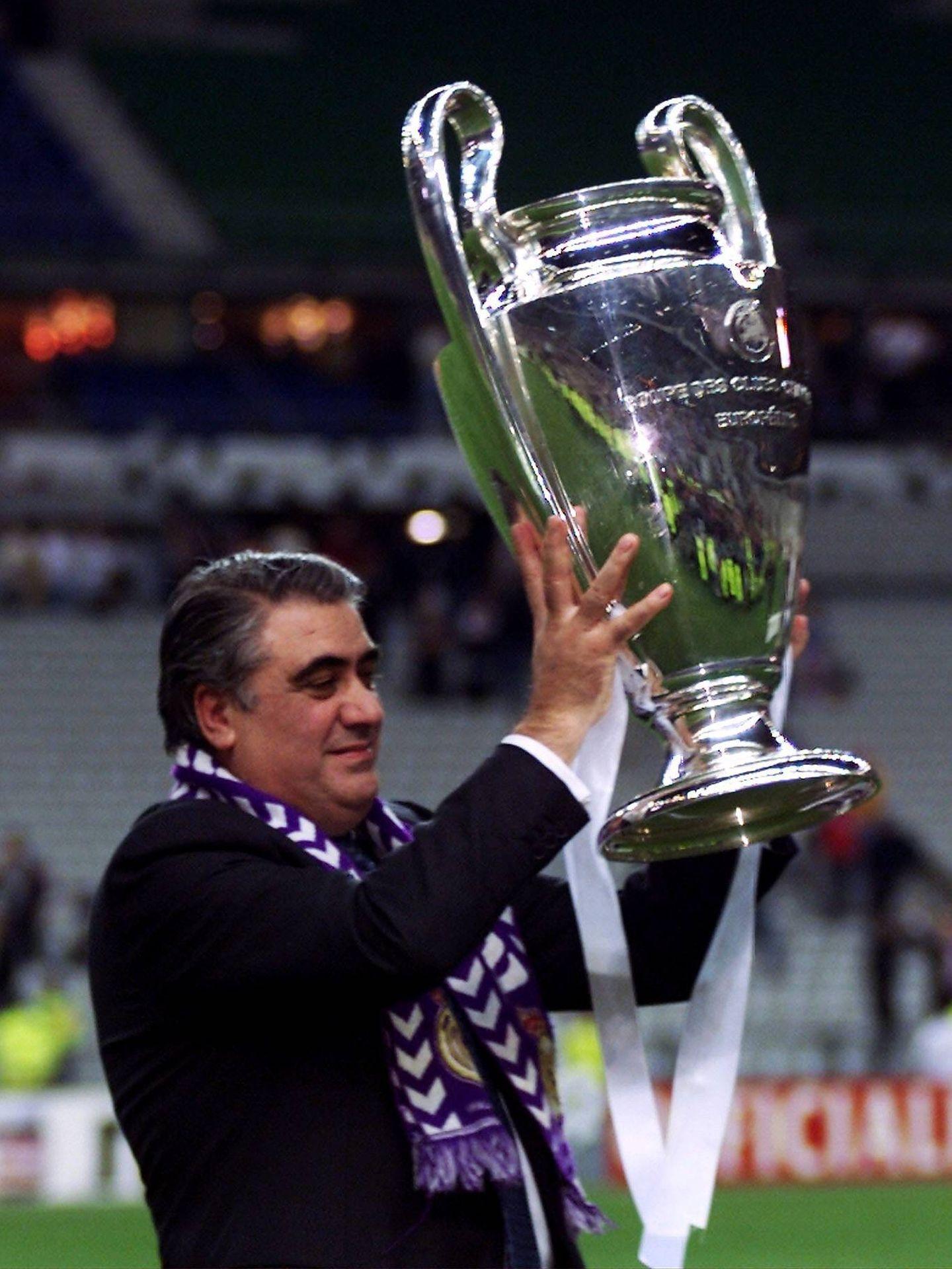 El que fuera presidente del Real Madrid, levantando la Copa de Europa. (CP)