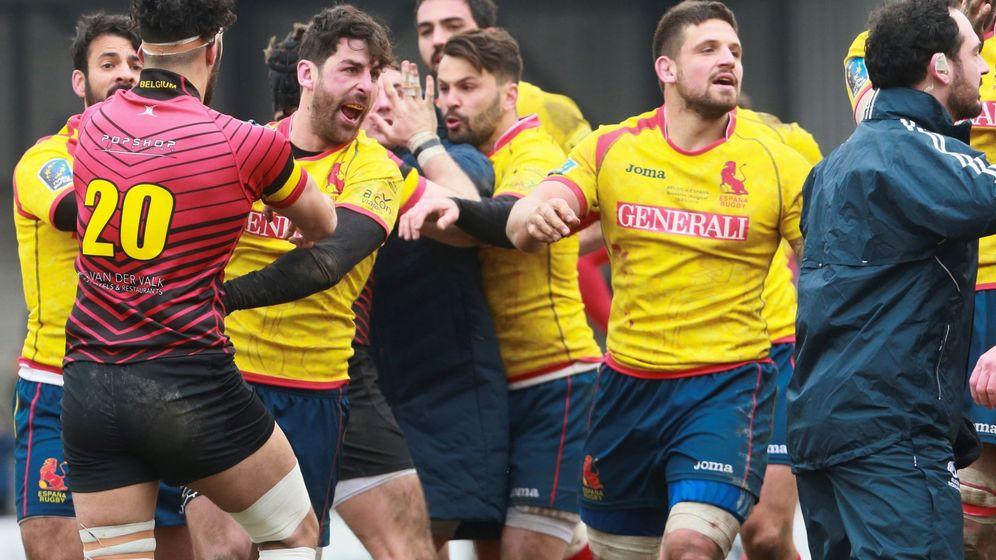 Foto: El equipo español, tras la derrota en Bélgica. (EFE)