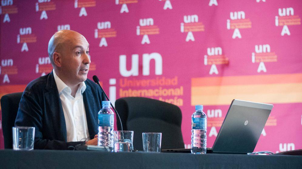 Foto: Nacho Cardero, director de El Confidencial, durante el curso de verano. (Carmen Castellón)