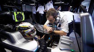 ¿Sabéis a quién debería llamar Lewis Hamilton estos días?