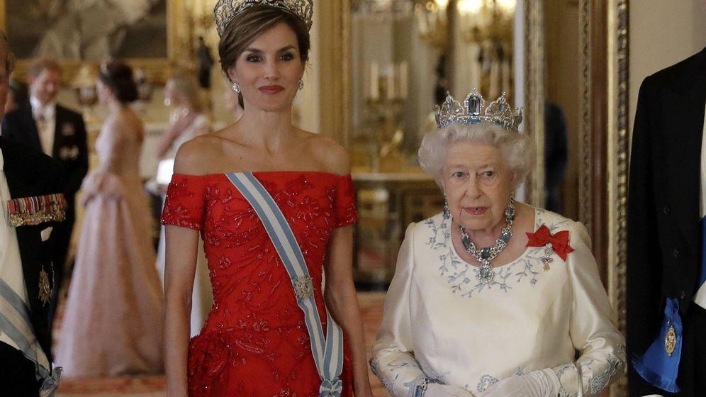 Foto: La reina Letizia y la reina Isabel, el pasado mes de julio durante la visita oficial de los reyes al Reino Unido. (Gtres)