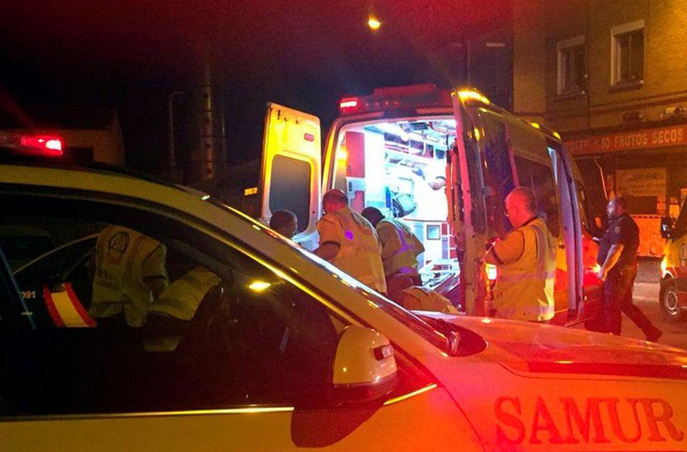 Foto: Foto de archivo de varios miembros del SAMUR asistiendo a heridos en un accidente en Madrid. (EFE)